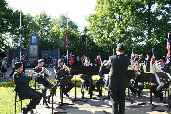 Orchestre qui accompagne le dépôt de gerbe et joue les hymnes nationaux