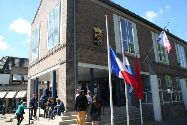 La mairie de Kapelle, avec les drapeaux français, néérlandais et celui de Toujours Kapelle (pendant néerlandais de Kap'Orry)