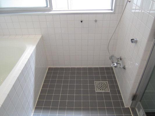 バスルーム(浴室)クリーニングのタイル張りの床(カルキ汚れ除去)