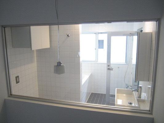 バスルーム(浴室)クリーニングの大型ガラス