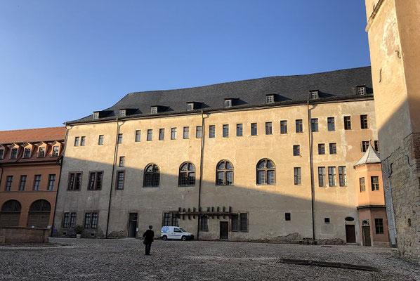 Nach einem Gang durch die Ahnengalerie habe ich die Figuren des Romans vor Augen, Graf und Gräfin, der Hofmeister, der den kleinen Herrmann unterrichtet ...