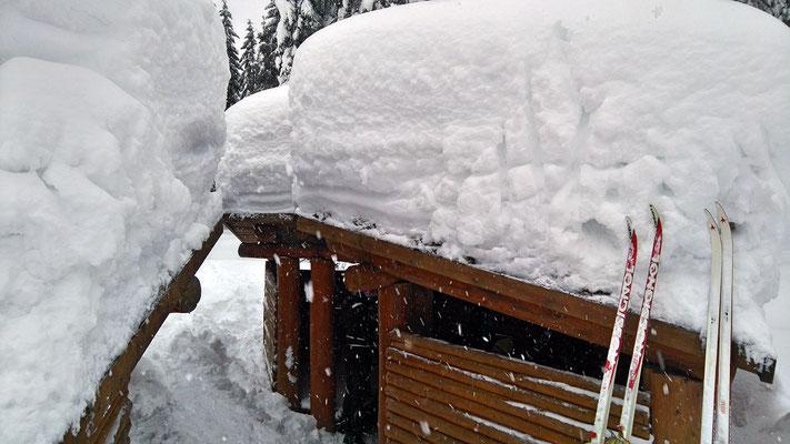 Scheemassen - die Schutzhütten lagen unter Schneehöhe, ausgebuddelt!
