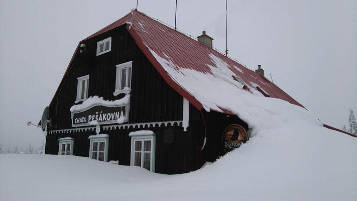eingeschneite Hütte - Gastwirtschaft geschlossen