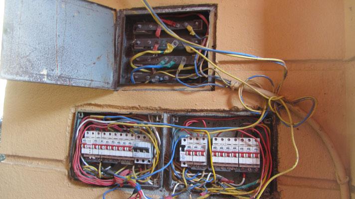 offener Stromkasten an der Außenseite des Bungalows