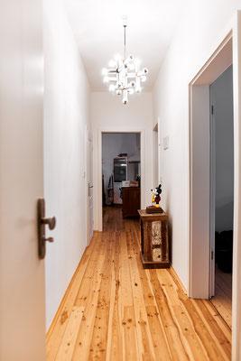 Über die lange Diele der Altbauwohnung gelangt man in die meisten Räume.