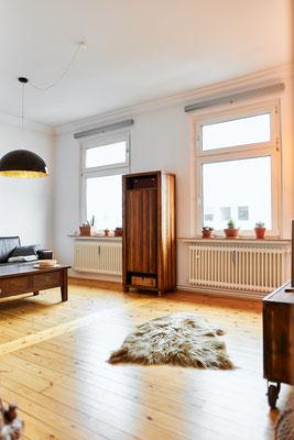 Die Möbel im Wohnzimmer stammen noch aus den ehemaligen Wohnungen.