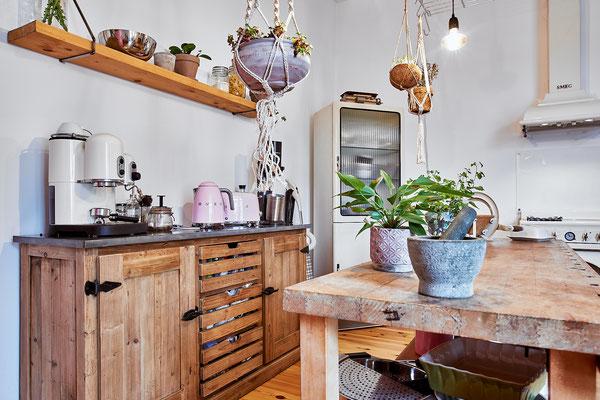 Alle Küchenregale hat Saskias Vater für die beiden gebaut.