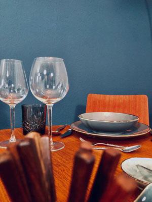 Das 60er Jahre Designbesteck aus dem Vintagestore und das moderne Geschirr passen hervorragend zusammen.