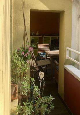 Vom Balkon gelangt man auch auf die geräumige Logia.