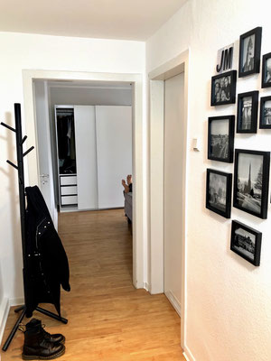 Der Flur der Dachgeschosswohnung verbindet das Wohn- und Schlafzimmer, wo die Homestory beginnt. Dazwischen befinden sich Küche und Bad.