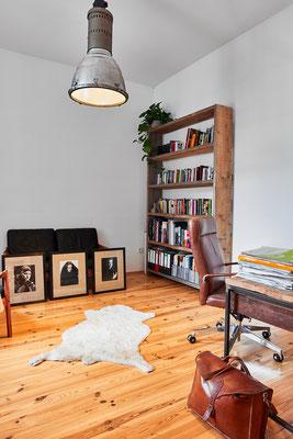 Ute bevorzugt es minimalistisch in ihrem Arbeitszimmer. Das Regal hat sie selbst gebaut.