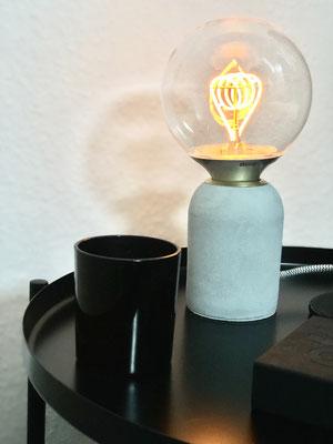 Die Nachttischleuchte spendet dezentes Licht