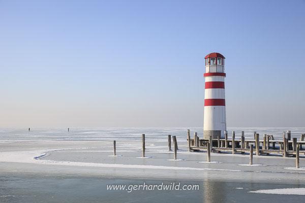 Leuchtturm in Podersdorf am See, vereister Neusiedler See
