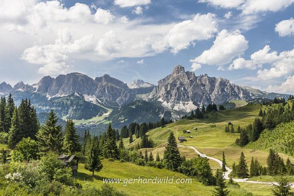 Alm bei Corvara, hinten Berge der Puezgruppe, Dolomiten, Südtirol