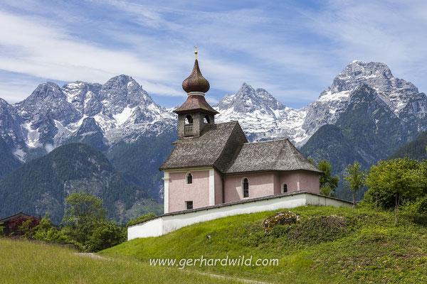 Kirche vor den Loferer Steinbergen
