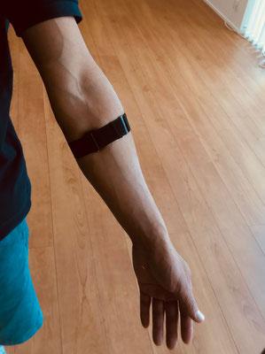 運動中も全く気にならない、超軽量タイプを腕につけます