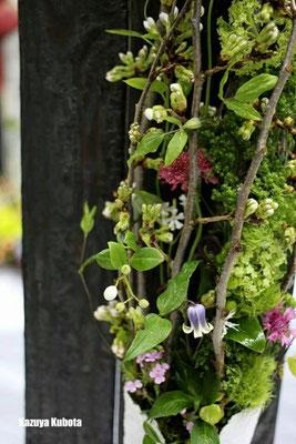 市場で見つけた束ねてある吉野桜の枝。 このすき間から小花達が顔を覗かせたらどんなに綺麗だろう。