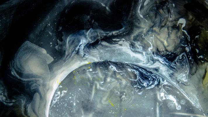 """016-036-5, """"loosing atmosphere"""", floating oil color"""