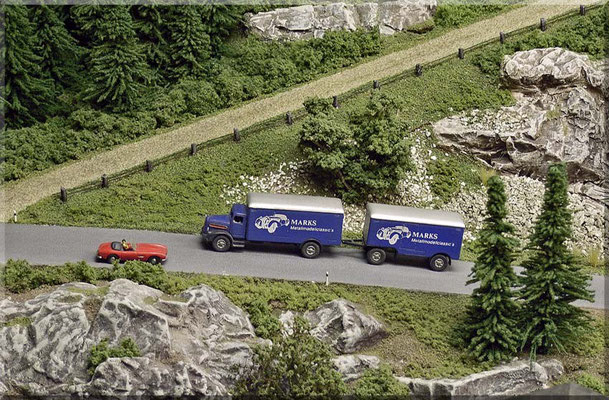 Hier zweigt die steile Auffahrt zur Burgruine, mit ihrem gut erhaltenen Aussichtsturm, von der Bergstrasse ab. Die Autos sind wieder mal Modelle von Marks Metallmodellclassic's | Wegbegrenzung: Durchbohrte Streichhölzer, mit durchgezogenem Nähfaden.