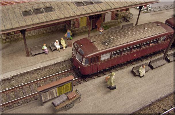 """Die gleiche Szene, nur diesmal mit dem """"Retter der Nebenbahn"""" VT 95. Der filigrane Gepäckwagen von Detlev Beier besteht aus Messing mit einer Echtholz-Pritsche. Solche feinen Kleinigkeiten/Details sind das Salz in der Suppe, auf einer Modellbahn."""