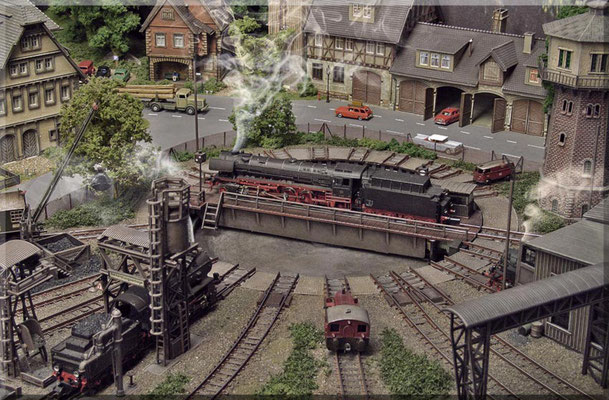 """Die """"41 300"""" ist ein eher seltener """"Gast"""" im BW-Waldbronn. Sie passt aber ohne Probleme auf die 26-Meter-Brücke. Die Arnold-Drehscheibe  ist ein """"Uralt-Modell"""", funktioniert aber immer noch hervorragend und kann sich auch optisch sehen lassen."""