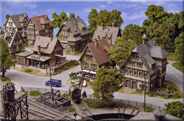 Blick vom Dach des Ringlok-Schuppens in Richtung Ortskern. Die Anlagengestaltung - egal ob Landschaft, Strecke, oder Ortschaften - macht mir persönlich am meisten Freude. Da kann man Gärtner, Architekt, Strassenplaner, Bahnchef und vieles mehr sein.