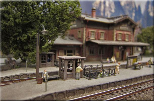 """Bahnsteig-Sperren-Häuschen, von Marks. Früher gab es solche """"Schaffnerhäuschen"""" an denen man selbst wenn man nicht mit dem Zug fahren wollte) eine Bahnsteigkarte kaufen musste (10-20 Pfennig), um sich überhaupt auf dem Bahnsteig aufhalten zu dürfen."""