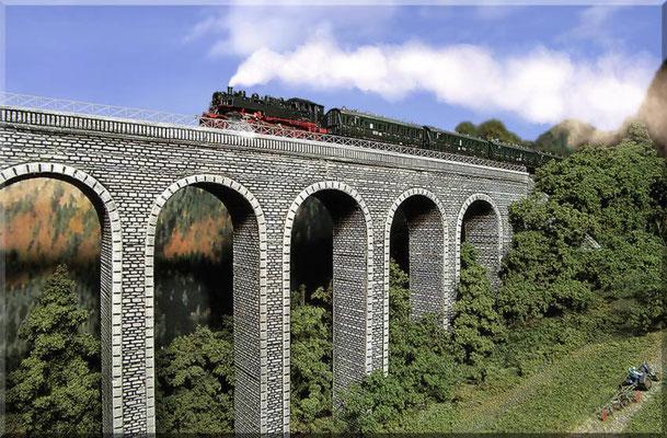 """Der große Steinbogen-Viadukt aus der """"Tal-Perspektive"""". Das filigrane Messinggeländer (Ätzteile) wirkt viel vorbildlicher, als die sonst üblichen (maßstäblich viel zu dicken) Kunststoffteile."""