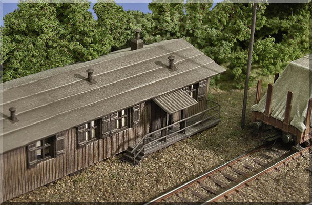 """Diese Arbeiter-Holzbaracke steht auf dem Bahnhofsgelände von """"Waldbronn"""" und dient dort hauptsächlich als Materiallager. Sie hat aber auch einen kleinen beheizten Aufenthaltsraum für die Bahnbediensteten. ... richtig gemütlich ist es da drin. ;-)"""