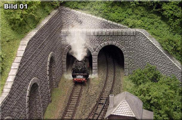 Das Eigenbau-Doppel-Tunnelportal (Heki-Dur) am Ende des rechten Anlagenschenkels (Zufahrt zum oberen Schattenbahnhof).
