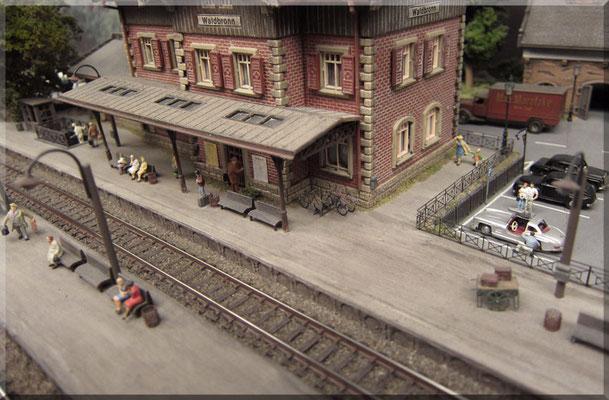Ich persönlich finde das Arnold-Gleis immer noch optisch akzeptabel und mit seinem schmalen Schienenkopf kann es sich auch heute noch sehen lassen. Freilich, es gibt moderneres Gleismaterial mit niedrigerem Profil, aber ich bin mit diesem zufrieden.