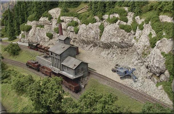 """Der Steinbruch von Waldbronn, mit einem Brechwerk (Arnold-Funktionsmodell) . Das untere (Beladungs-Gleis) ist von der freien Strecke erreichbar. Das obere (Entladungs-Gleis) erreicht man über eine Weiche im """"Bahnhofs-Vorfeld""""."""