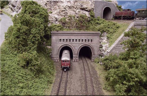 Die Roco-V 188 kommt aus dem unteren Schattenbahnhof - über die Wendel - am Pola-Portal ans Tageslicht. Die V 188 ist eine sehr zugstarke Lok.