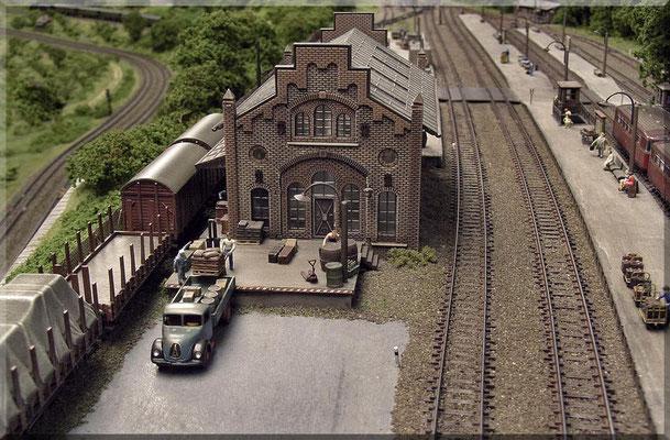 Ladebetrieb an der Kopframpe der Güterhalle. Die Ladekante ist durch einen rot/weißen Warnanstrich hervorgehoben. Links im Bild  sieht man noch die tiefer gelegene Paradestrecke.