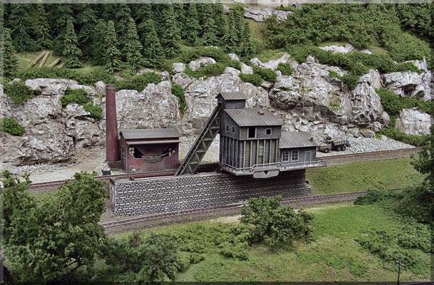 Gesamtübersicht vom Steinbruch mit Brechwerk  (Fabrik-Anlage) - von Arnold. Die ferngesteuerte Be- und Entlade-Funktionen mit diversen Funktions-Waggons sind stets ein Highlight - wenn ich die Anlage Besuchern vorführe.