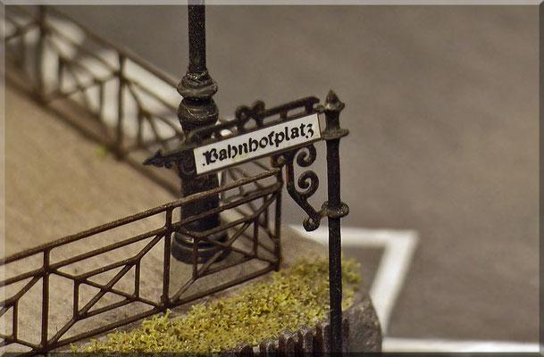 """Das wunderschöne """"schmiedeeiserne"""" Straßenschild - von Modellbau Mayerhofer - ganz groß. Auch das """"Weinert-Geländer"""" kann man hier genau begutachten."""