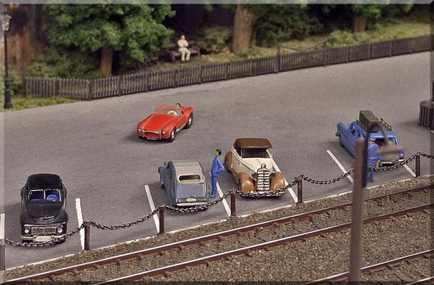 Der grössere Parkplatz - hinter dem Empfangsgebäude. Alle Autos: Marks