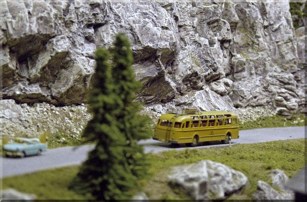 """Der """"Individualverkehr"""", beziehungsweise die unaufhaltbare Verschiebung von den Gleisen auf die Strasse - nahm in den 50ern bereits seinen/ihren Anfang. Hier mit einem Modell des """"Büssing-Post-Bus"""" (Baujahr 1958), von """"Marks Metallmodellclassics""""."""