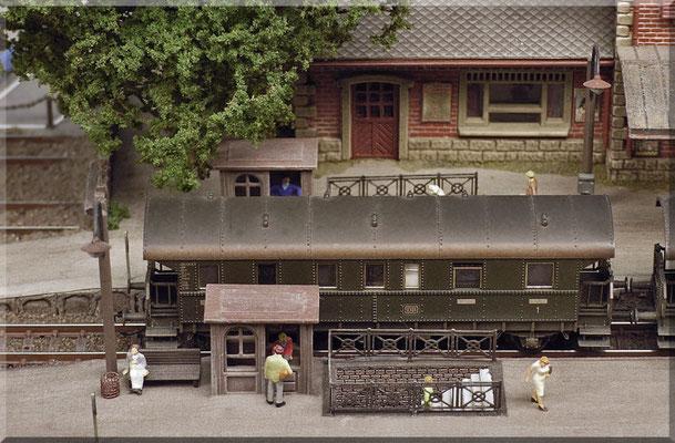"""Die Bahnsteigunterführung mal ganz aus der Nähe. Die feinen """"Tauschkupplungen"""" von Hammerschmid sehen nicht nur toll aus und funktionieren hervorragend (mit jedem handelsüblichen Entkuppler), sie ermöglichen auch ein (fast) """"Puffer-an-Puffer-Fahren""""."""