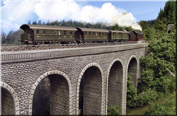 """Der große """"Eigenbau-Steinbogen-Viadukt"""" zwischen kleinem- und großem Burgberg. Auch dieses entstand aus 4mm-Sperrholz und wurde mit Heki-dur-Platten beklebt und bemalt. Das Brückengeländer aus Messing gab es bei Brawa. Zuglok: BR 56 von Fleischmann."""