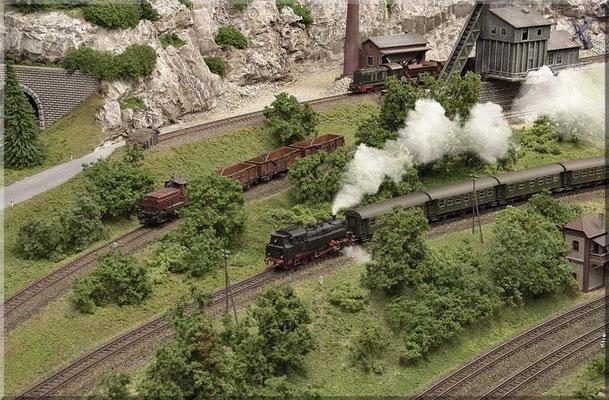 """Von der Nebenstrecke zweigt hier ein Stumpfgleis zum Steinbruch ab. Deutlich sieht man, dass das """"Steinbruch-Gleis"""" mehr """"verrostet"""" ist (wenig befahren), als das Nebenstrecken-Gleis, oder die blank gefahrenen Hauptstrecken-Gleise."""