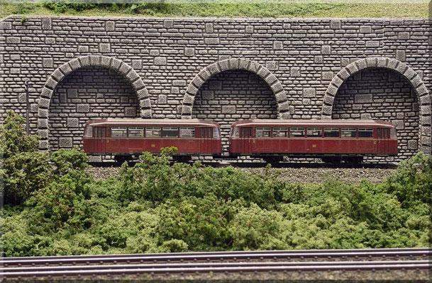 Zunächst parallel zur Hauptstrecke, aber stetig ansteigend verläuft die Nebenstrecke.                                                                                              Triebwagen (VT 95): Fleischmann