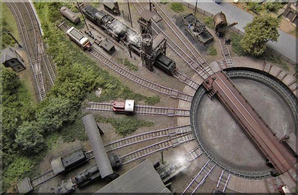 Zum Abschluss nochmals das ganze Bahnbetriebswerk von oben. Ganz links sieht man die tieferliegenden Gleise der Hauptstrecke, sowie das Stellwerk des dortigen Streckenblock-Signals.