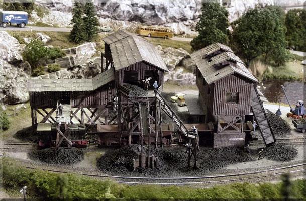 Gesamtansicht der Kohlemine, die aus zwei Bausätzen von Pola erstellt wurde. Hier wird Kohle (Untertage) abgebaut, die mittels des Schrägaufzuges (rechts im Bild) nach oben gefördert wird. Die Kohle wird sowohl per LKW als auch mit der Bahn abgeholt.