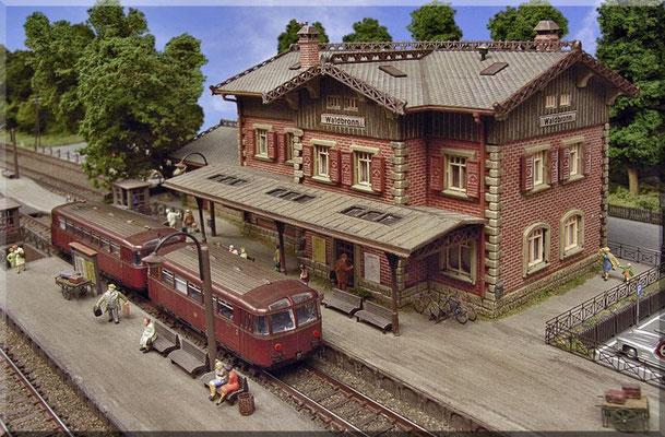 """Der Bahnhof """"Waldbronn"""" ist - meiner Meinung nach - eines der schönsten EG*-Modelle im Maßstab 1:160. Allerdings ist für eine vorbildnahe Darstellung eine farbliche Nachbearbeitung - auch bei diesem schönen Bausatz - unabdingbar. (*= Empfangsgebäude)"""
