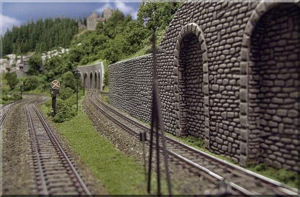 """Ab der Stelle des """"Nebenbahn-Abzweigs"""" steigt die Nebenstrecke im gleichen Maße kontinuierlich an, wie die Hauptstrecke gleichmäßig abfällt. Das ist auf diesem Foto gut zu erkennen. Dadurch lässt sich die erforderliche Steigungslänge ..............."""