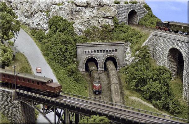 """Landstraße, Haupt- und Nebenstrecke """"erklimmen"""" gemeinsam den """"Kleinen Burgberg"""". Das zweigleisige Tunnelportal stammt von Pola und ist das einzige """"Kaufportal"""" der Anlage. Alle anderen Tunnelportale und Bahn-Kunstbauten entstanden im Eigenbau."""
