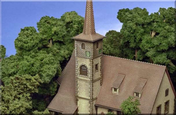"""Der Kirchturm im Detail. Die Bäume, die mit Clump-Foliage belaubt wurden, sind nicht so filigran, wie die aus """"Noch-Seemoos"""" gefertigten Exemplare. Trotzdem wirken sie auch nicht schlecht u. sind allemal besser als die billigen """"Großserien-Bäumchen""""."""