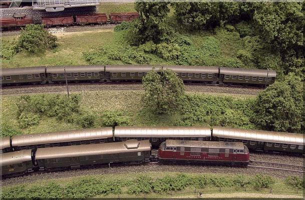 Personenzüge. Auf der Nebenstrecke ein Nahverkehrszug mit 3-achsigen Umbauwagen (Fleischmann). Ganz hinten V 60 (Minitrix)  mit Mittenkipper-Fdz-72 (Arnold) - am Brechwerk von Arnold.