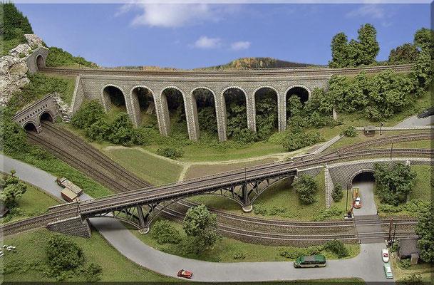 """Das gesamte Areal der beiden Brücken aus der Vogelperspektive. Hier ist gut zu erkennen, dass ich den Viadukt im leichten Bogen gebaut habe. Bausatz-Brücken gibt es leider nur gerade, oder mit den üblichen - viel zu engen """"Modellbahnradien""""."""